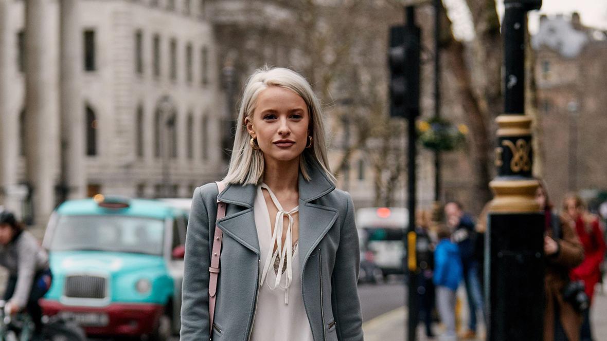 Vielen Frauen ist Grau werden ein Graus, dabei liegen graue Haare sogar im Trend.