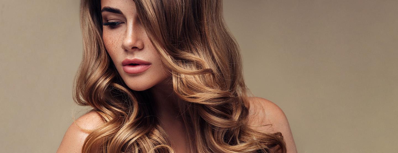 Frau mit glänzenden Haaren nach einem Glossing
